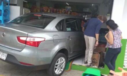 Conductor de vehículoChrysler se mete con todo y auto al Fasti en Coapexpan