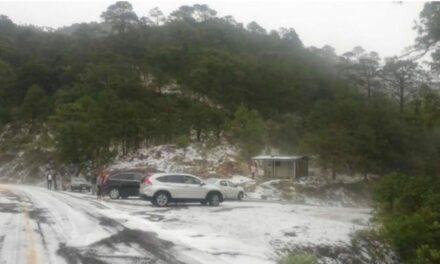 Granizo cubre de blanco la sierra de Querétaro