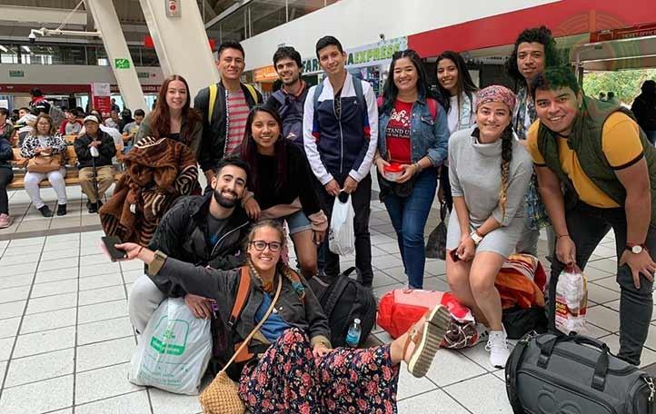 El universitario con otros alumnos de movilidad internacional, previo a su viaje al carnaval de Veracruz
