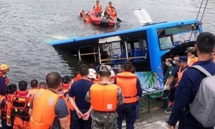 Video: Al menos 21 muertos al caer un autobús con estudiantes a un lago en China