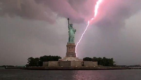 Video: impresionante rayo cae detrás de la Estatua de la Libertad