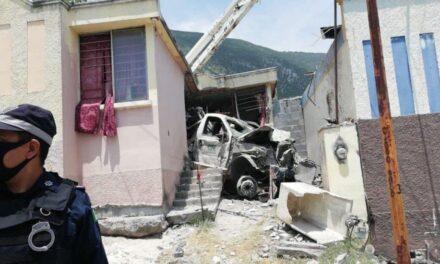 Video:Mueren dos personas tras choque de camión de CFE contra casa en Escobedo, Nuevo León