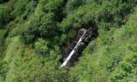Autobús de pasajeros cae a barranco en Chiapas; muere un hombre