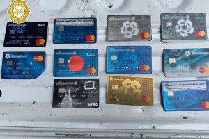 Colocaban trampas en en los cajeros!, detienen a dos personas de origen peruano en posesión de tarjetas bancarias en la CDMX.
