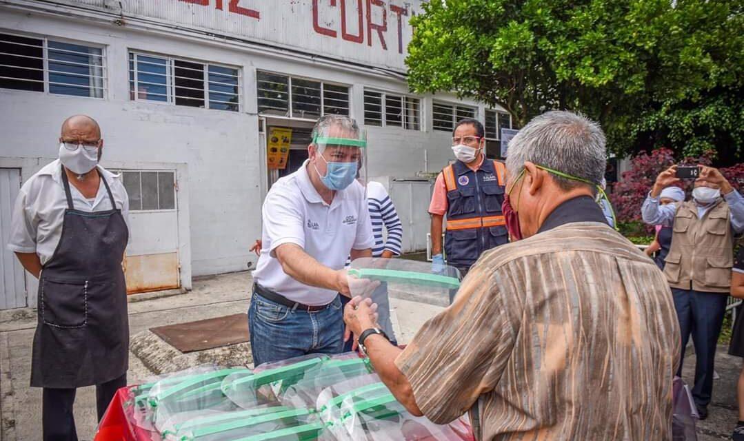 DISTRIBUYE AYUNTAMIENTO CARETAS DE PROTECCIÓN EN LA ROTONDA
