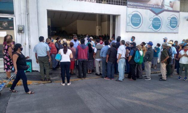 Largas filas sin guardar sana distancia en bancos de Córdoba