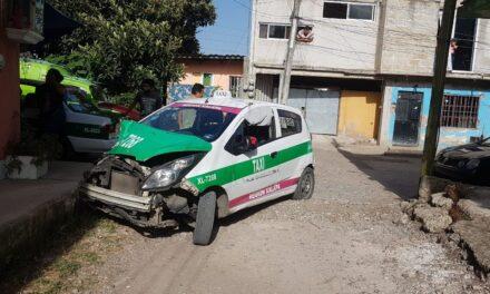 Choca el taxi y huye del lugar en la Colonia Rafael Lucio en Xalapa