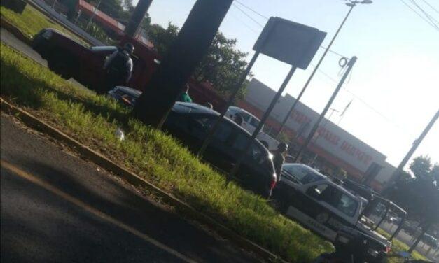 Choque sobre la avenida Lázaro Cárdenas, a la altura de Home Depot