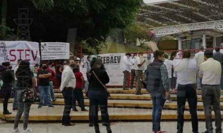 Se manifiestan sindicatos en oficinas centrales de la SEV