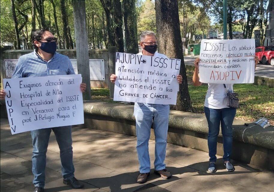Jubilados se manifestaron en oficinas del ISSSTE en Xalapa, demandan atención médica y medicamentos a enfermos de cáncer, diabetes e hipertensión