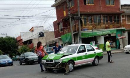 Choque en la avenida Ciudad de Las Flores esquina Antonio M. Quirasco