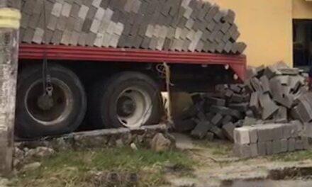 Camión de materiales se impacta contra casa y un taxi en la avenida de la República en Xalapa