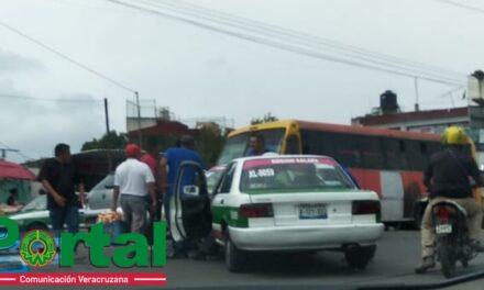 Chocan dos taxis en la avenida Antonio Chedraui Caram en Xalapa