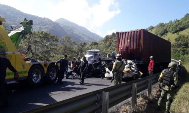 Chocan dos tractocamiones en la carretera México-Tuxpan, cerrada la circulación.