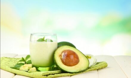 Beneficios del Aguacate, receta de agua de aguacate tradicional, nutritiva y deliciosa.