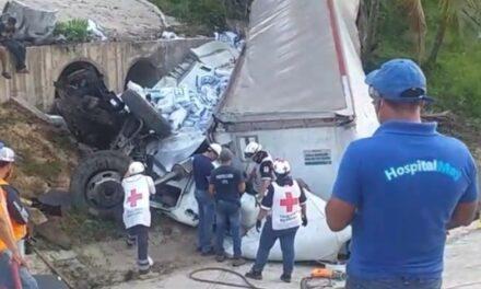 Rescatan a conductor de trailer volcado en la carretera Coatzacoalcos-Villahermosa