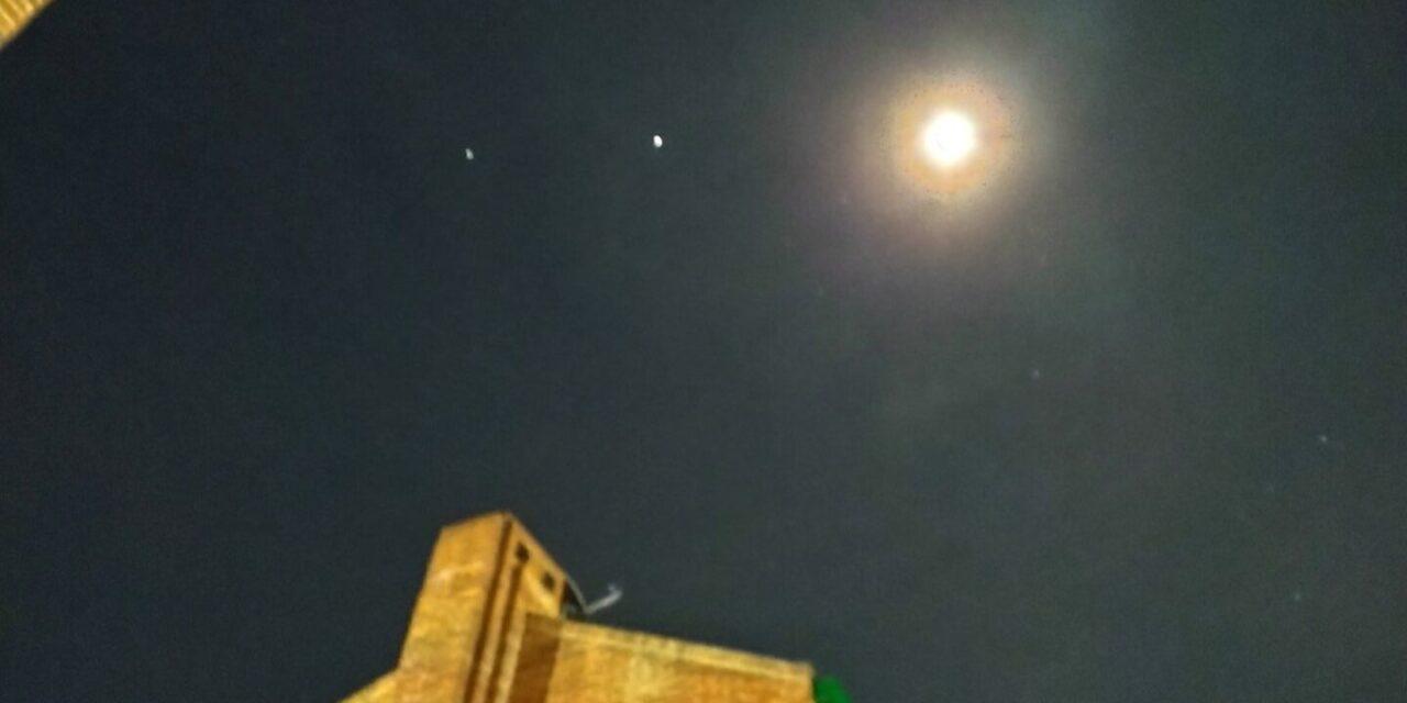 Fotos: Así lucieron la Luna, Saturno y Júpiter en el cielo desde distintas partes del mundo