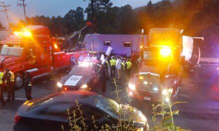 Trece personas mueren en la México-Toluca tras volcadura de autobús de pasajeros