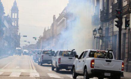 Corren a pedradas a trabajador de Salud, que iba realizar campaña de fumigación en Morelia