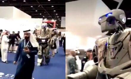 Video:Emir de Bahréin pasea con su robot guardaespaldas Todos en la feria de tecnología fueron impresionados