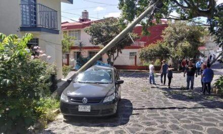 La tarde de este sábado una Grúa derribó postes sobre autos en la Colonia Pumar en Xalapa