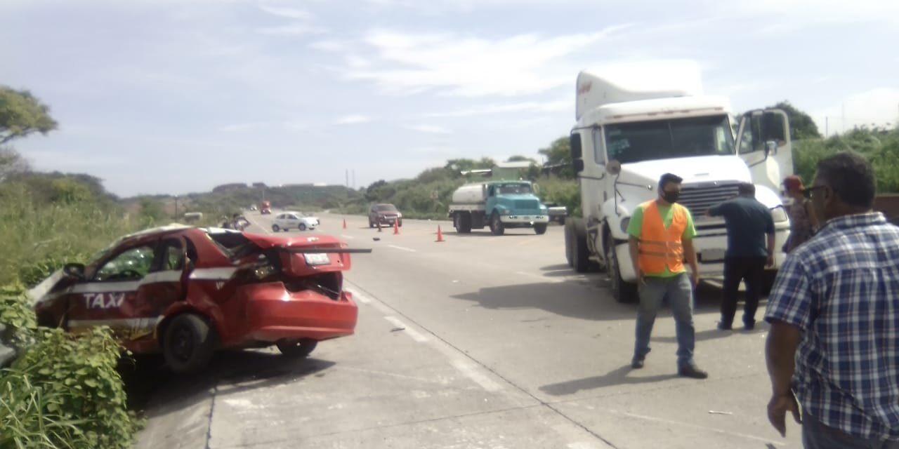 Muere taxista impactado por tráiler en el km 13.5 de Veracruz-Cardel