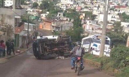 Se voltea camión materialista en la colonia Fedepo de Xalapa