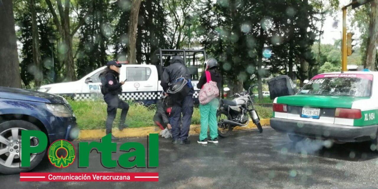 Motociclista lesionado en accidente de tránsito sobre Lázaro Cárdenas esquina con avenida Xalapa