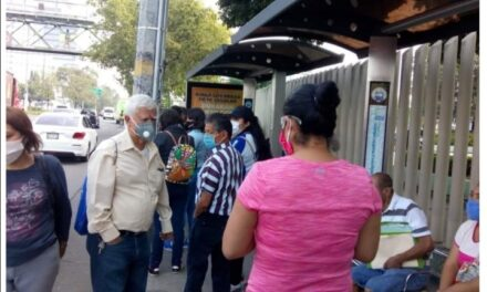 Personas de la tercera edad y embarazadas hacen fila en subdelegacion 61 IMSS Tlalnepantla Edo de México