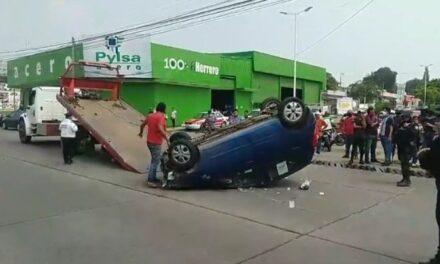 Vuelca camioneta en accidente de tránsito en Minatitlán; un hombre resultó lesionado