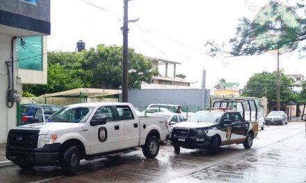 Elemento del IPAX evita asalto a féminas en conocida agencia de autos, en Coatzacoalcos.