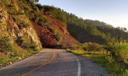 Deslave en carretera impide paso hacia Puerto Escondido