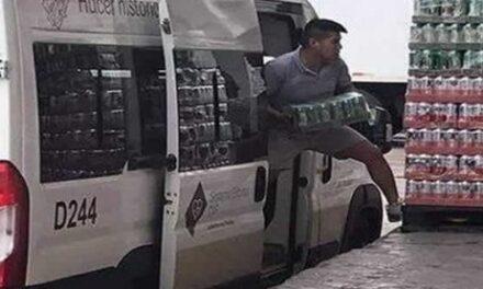Vehículo oficial del DIF-Puebla es utilizado para cargar CERVEZAS