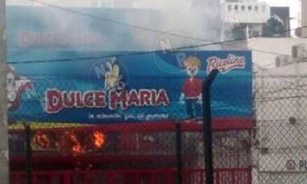 Reportan incendio en dulcería ubicada en Viaducto Tlapan, a la altura del Metro Ermita