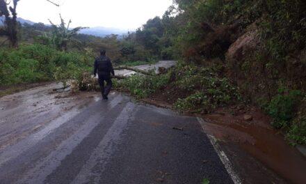 Se registra deslizamiento de tierra en la carretera hacia Ixhuatlan del café, a la altura de la comunidad Ocotitlán.