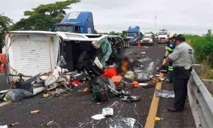 Dos personas perdieron la vida y tres resultan lesionadas en accidente entre tráiler y una camioneta sobre la autopista La Tinaja-Ciudad Isla