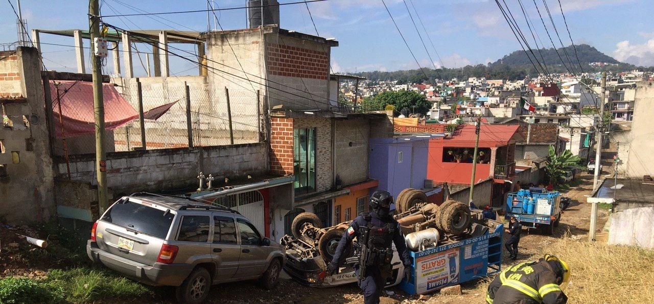 Se voltea camioneta repartidora de Gas en Xalapa