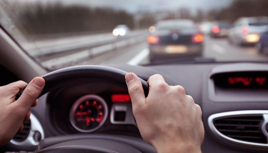 Senado aprueba Ley que prohíbe el uso de celular mientras se CONDUCE en carreteras