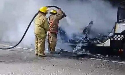 Se incendia patrulla de Policía Estatal en la autopista Córdoba-Fortín, a la altura del Puente de Metlac