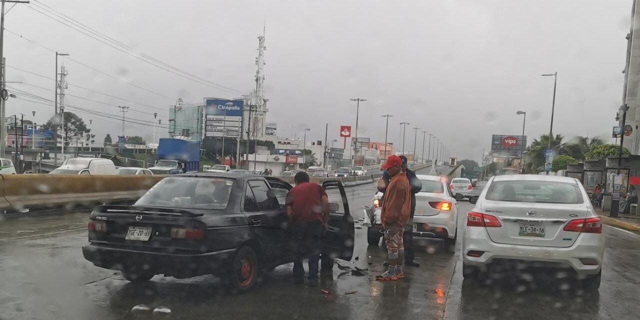 Accidente de tránsito sobre la Avenida Lázaro Cárdenas, a la altura de Plaza Cristal