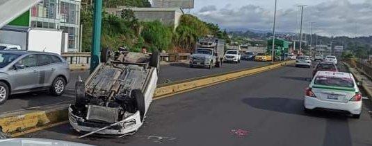 Dos mujeres lesionadas en volcadura sobre el bulevar Xalapa – Banderilla