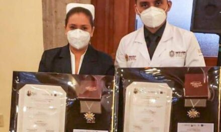 Una enfermera del CAE y tres doctores de Veracruz fueron condecorados por su lucha contra el Covid-19