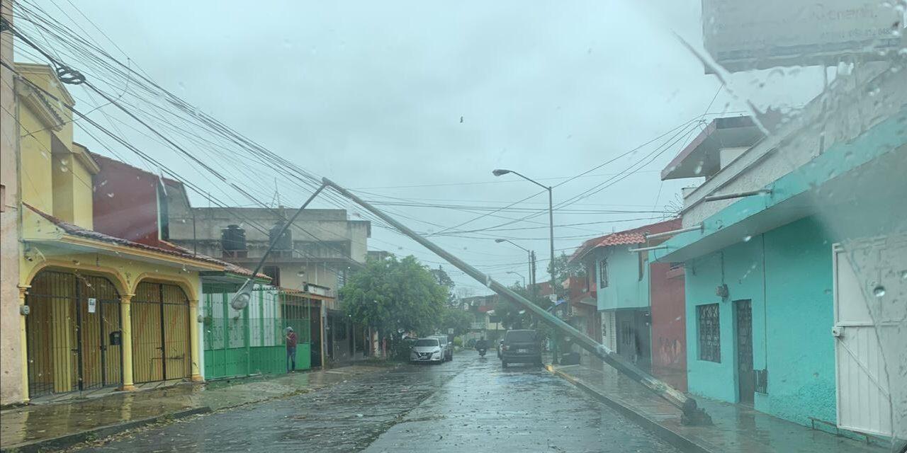 Precaución caída de poste en calle Miguel Negrete en Xalapa