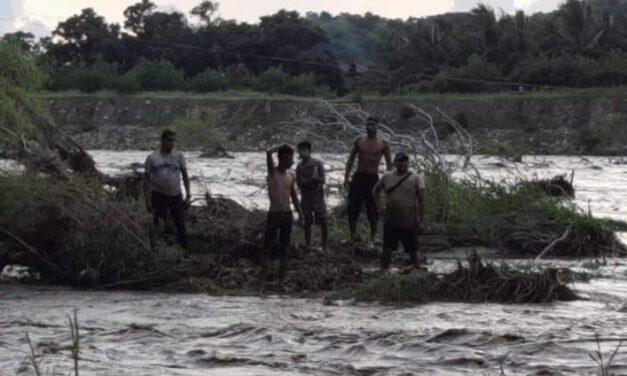 Video: PC rescata tres personas arrastradas en un río de Tecpan