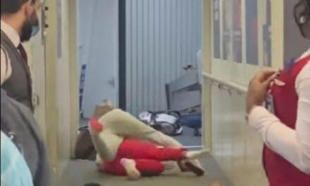 Video: dos mujeres se agarraron a golpes cuando abordaban un avión en el aeropuerto La Guardia, en Nueva Yor