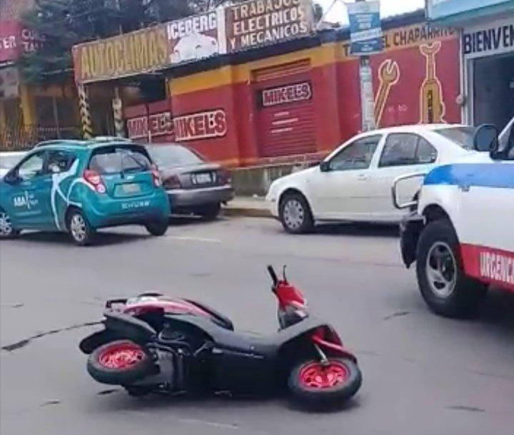 Motociclista lesionado sobre la Avenida Lázaro Cárdenas, a la altura de Urban Center