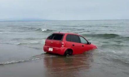 Se lo quería tragar el Mar! Vehículo terminó atascado en la playa de Coatzacoalcos