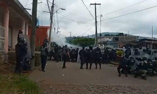 Reportan nueva agresión de normalistas contra antimotines en Uruapan