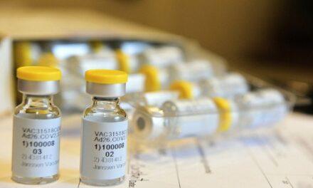 Johnson & Johnson detiene los ensayos de su vacuna contra el covid-19 debido a una enfermedad inexplicable de un participante