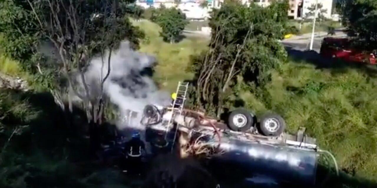 Video: Una pipa cargada con agua volcó en Zapopan, el motor se incendió, el conductor resultó con lesiones leves.